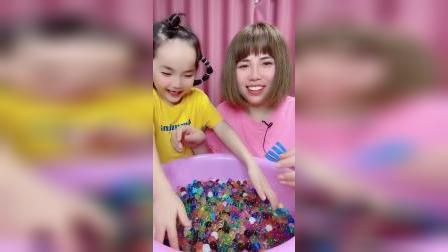 童年趣事:这么多泡泡球,太好玩了