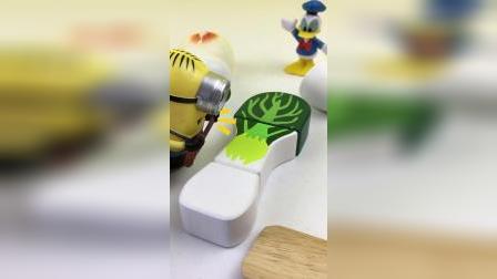 小黄人分享切水果,切大萝卜玩具