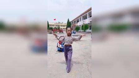 放学了,女儿在校园里快乐的跳起舞来!