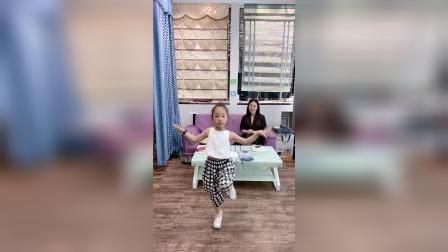 女儿说,这支舞上次跳的不够好,再重新给妈妈跳一次
