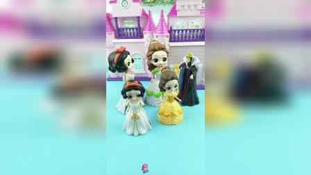 白雪贝儿把孩子交给王后照看,王后无奈的答应了