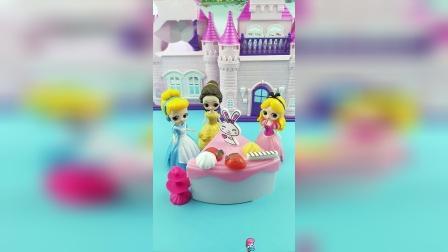 灰姑娘以为没人记得自己的生日,贝儿她们给她送来了礼物