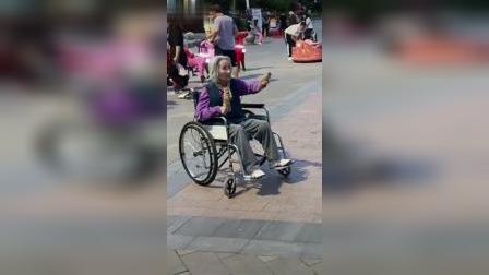 """儿子陪坐在轮椅上的母亲打乒乓球,这位奶奶用的""""球拍""""竟是…厉害了奶奶"""