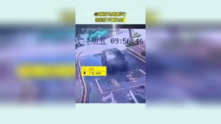 小孩两次横穿马路遭汽车碾压 监控拍下事发全程