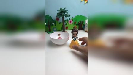小粉喜欢洗澡吗?