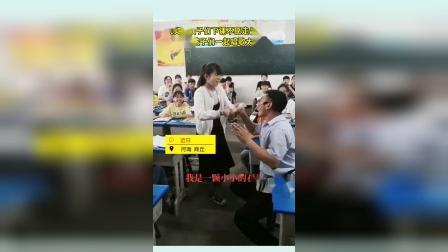 孩子们下课不愿走出空调教室 老师陪孩子们一起唱歌