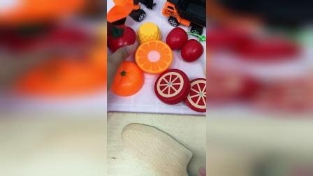 切水果了,切柿子樱桃和菠萝了