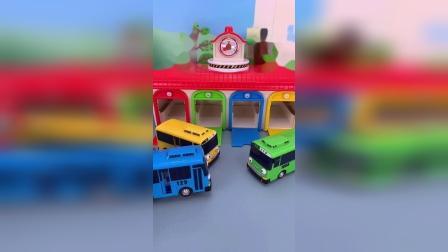 精彩玩具小故事-好多大巴车