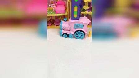 玩具小火车来咯,快来和我一起玩积木呀