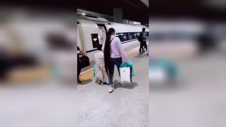 高铁站遇到的超长马尾