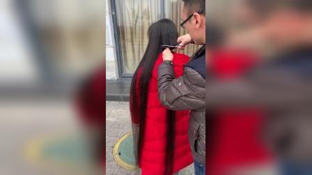 红衣小美女剪长发