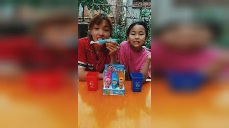 趣味童年:萌宝跟宝妈一起做刷牙操