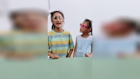 你们觉得姐姐和妹妹谁的墨镜好看?