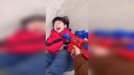 趣味童年:妈妈拿着玩具枪,宝贝和爸爸都被打倒了