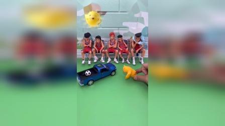 益智玩具:熊二把球踢到卡车上了