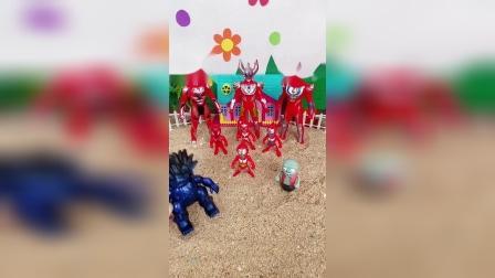 怪兽被小鬼的奥特曼玩具吓跑了