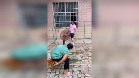 婆婆吹风扇真是太搞笑了!