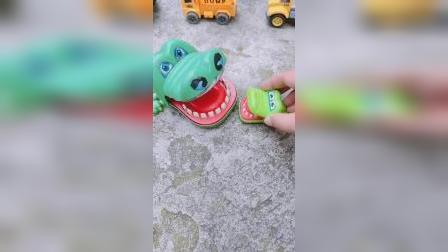 小鳄鱼真贪吃,在棒棒糖和肉之间选择了肉