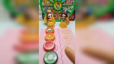 贝贝和白雪公主吃水果