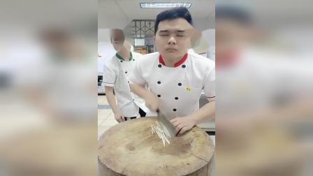 这厨师小伙,刀法厉害了~