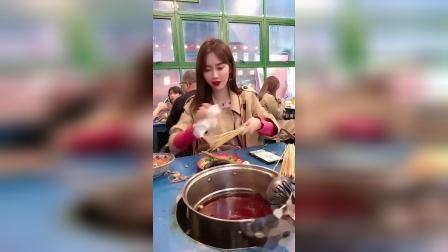 第一次带女朋友进城吃串串,她居然这样做,什么意思?