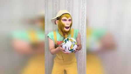 猴哥玩足球,结果又惹妈妈生气了……