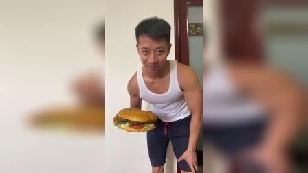 这两人从哪搞来这么大的汉堡