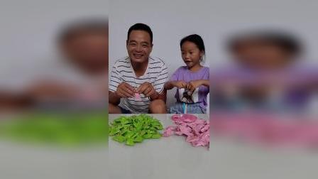 爸爸跟宝贝的零食谁更好吃,小朋友喜欢吃吗?