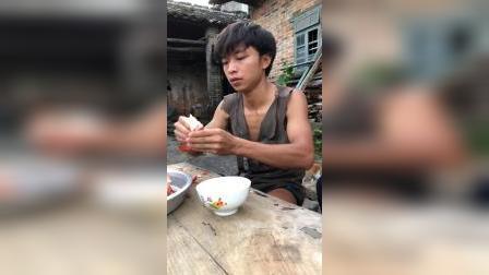 妈妈说第一次吃这么大的龙虾!一起尝鲜啦!