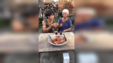 给奶奶做个美味的烧鸡!奶奶可高兴了!