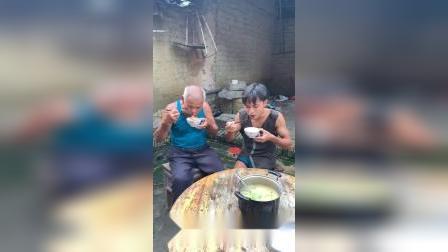 用河里抓来的虾子,做一锅粥一起吃吧!