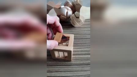 木笼子里的三角形是怎样放进去的,动动脑吧