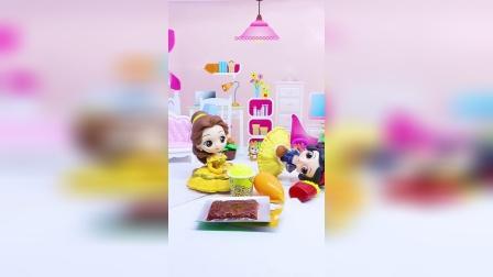 王后让贝儿做午餐,贝儿不会做,就拿出零食当午餐
