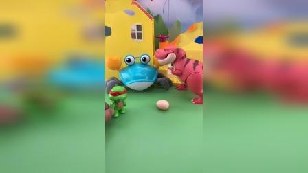 鳄鱼和蛇精来找吃的,恐龙妈妈照顾蛋宝宝,不料小恐龙孵化了