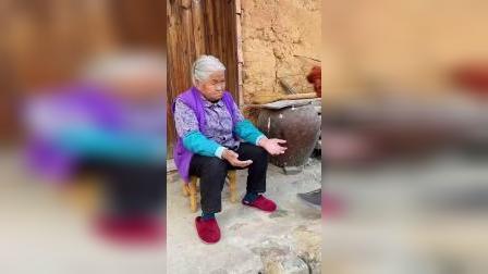 做个拐杖送给奶奶,奶奶开心的笑了!